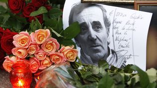 Un hommage à Charles Aznavour devant l'ambassade de Kiev (Ukraine), le 2 octobre 2018. (MAXPPP)