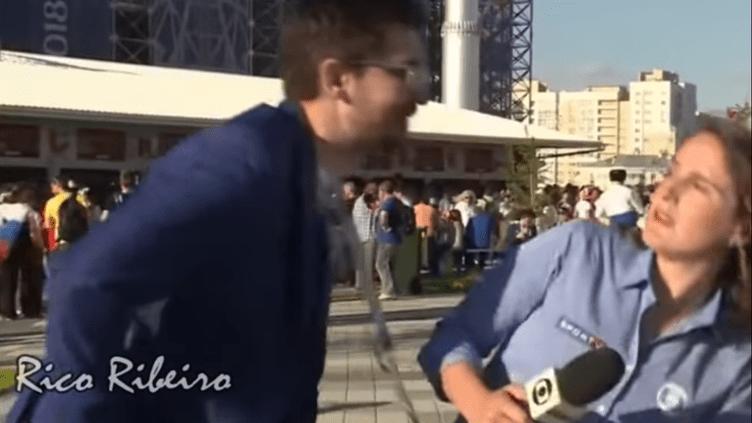 La journalisteJulia Guimaraesde TV Globo et SportTV a été interrompue dans son duplex avant le match entre le Japon et le Sénégal à Ekaterinbourg, dimanche 24 juin. (RICO RIBEIRO / YOUTUBE)