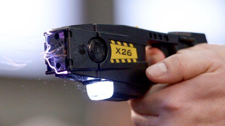 Un pistolet à impulsion électrique Taser est utilisé lors d'une démonstratio le 18 novembre 2013 à Berlin (Allemagne). (RAINER JENSEN / DPA)