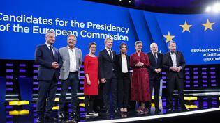 Les six candidats à la présidence de la Commission européenne, avec, au centre, les présentateursMarkus Preiss etEmilie Tran Nguyen, le 15 mai 2019. (ARIS OIKONOMOU / AFP)