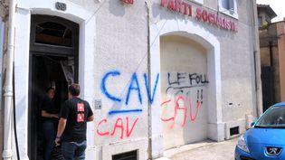 La permanence du Parti socialiste à Carcassonne a été le théâtre d'une explosion, des inscriptions laissées sur la façade laissent à penser à un attentat de la part de viticulteurs mécontents. (ERIC CABANIS / AFP)