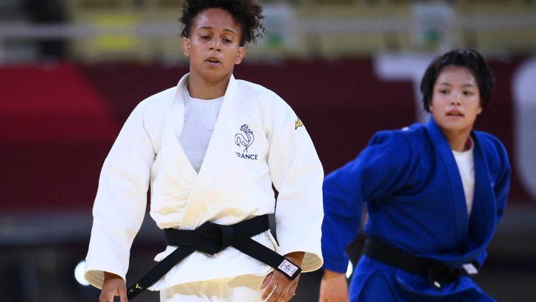 Amandine Buchard a été battue par Uta Abe (au deuxième plan) en finale des Jeux de Tokyo, le 25 juillet 2021. (FRANCK FIFE / AFP)