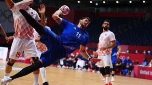 Nicolas Tournat tire en déséquilibre lors du quart de finale entre la France et Bahreïn, le 3 août à Tokyo. (FRANCK FIFE / AFP)