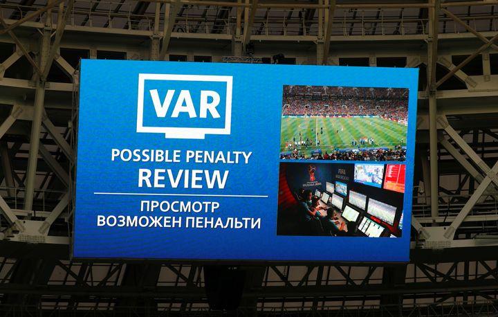 L'écran géant du stade Loujniki de Moscou annonce le recours à l'assistance vidéo lors de la finale de la Coupe du monde entre la France et la Croatie, dimanche 15 juillet. (KAI PFAFFENBACH / AFP)