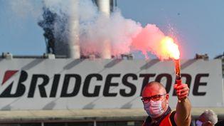 Un syndicaliste devant l'usine Bridgestone de Béthune, le 17 septembre 2020. (DENIS CHARLET / AFP)
