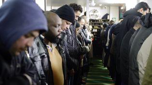 Des musulmans prient à la mosquée Ali, à Paris, le 23 janvier 2015. (ERIC FEFERBERG / AFP)
