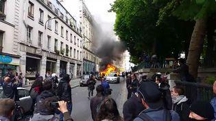 """Une voiture de police estincendiée mercredi 18 mai à Paris, lors de la manifestation contre la """"haine anti-flics"""". (YANN THOMSON/FRANCETV INFO)"""