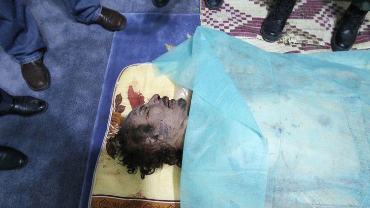 Le corps de Mouammar Kadhafi exposé dans une maison de Misrata (Libye), le 20 octobre 2011. (THAIER AL-SUDANI/REUTERS)