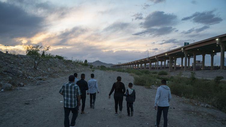 Des migrants tentent de franchir la frontière entre les Etats-Unis et le Mexique, le 29 avril 2019. (PAUL RATJE / AFP)