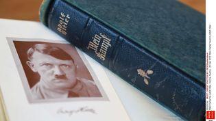 """Photographie d'un examplaire de """"Mein Kampf"""" d'Adolf Hitler, le 28 décembre 2015, à Vienne (Autriche). (SHUTTERSTOCK / REX / SIPA)"""