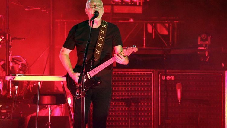 Le guitariste de Pink Floyd David Gilmour, joue en solo le 7 juillet 2016 dans l'amphithéâtre romain de Pompéi. (GREGORIO BORGIA/AP/SIPA / AP)