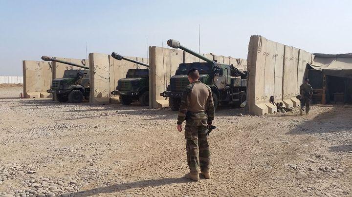 Les canons sont positionnés avec une centaine de soldats français. (RADIO FRANCE / MATHILDE LEMAIRE)