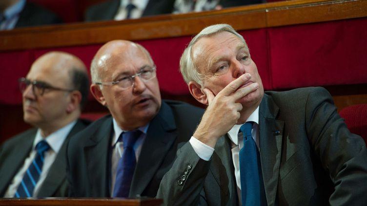 (De G à D) Les ministres de l'économie, Pierre Moscovici, du Travail, Michel Sapin et le Premier ministre, Jean-Marc Ayrault, le 20 juin 2013 à Paris. (LCHAM/SIPA)