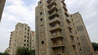 """A force d'être contraints de déménager constamment les tripolitains qui habitaient au sud de la capitale, finissent par épuiser leurs économies alors que les loyers flambent. Seules 170 familles ont eu la chance de pouvoir trouver refuge dans six immeubles dans le quartier de Tarik al-Sekka en centre-ville. Depuis 2008, ici 150 appartements sont restés inhabités en raison d'un contentieux immobilier. Comme l'explique à l'AFP un déplacé: """"C'est un cadeau du ciel"""", sinon, """"c'était la rue"""". (MAHMUD TURKIA / AFP)"""