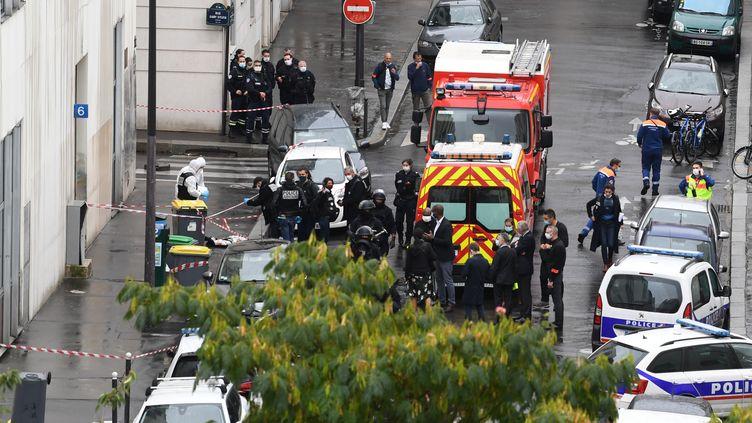 Pompiers et forces de l'ordre rue Nicolas-Appert à Paris (11e arrondissement), le 25 septembre 2020. (ALAIN JOCARD / AFP)