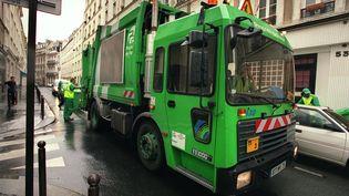 Image d'illustration d'un camion-benne à Paris, en août 2002. (PIERRE-FRANCK COLOMBIER / AFP)