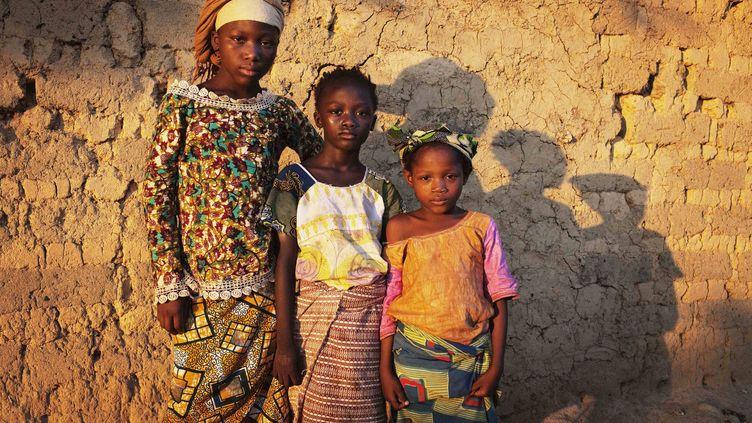 Enfants sierra-léonaises posant pour le photographe à Koidu (est de la Sierra Leone), le 21 avril 2012. (REUTERS - FINBARR O'REILLY / X90055)