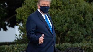 Le président américain Donald Trump dans les jardins de la Maison Blanche, le 2 octobre 2020. (SAUL LOEB / AFP)