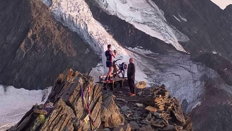 Matthew Disney voulait emmener son rameur en haut du Mont-Blanc. Epuisé, il du laisser l'appareil de musculation à 4300 mètres d'altitude lors de sa descente. (DR)