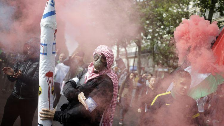 Un manifestant pendant le rassemblement pro-palestinien à Paris dimanche 13 juillet. (KENZO TRIBOUILLARD / AFP)