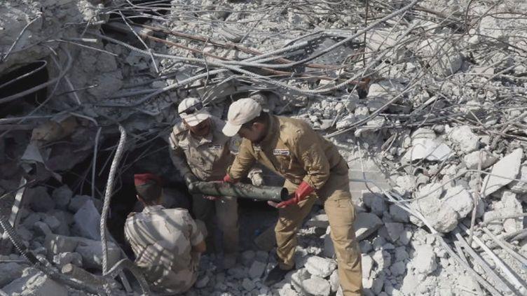 Deux ans après la chute de l'Organisation état islamique, Mossoul est toujours un champ de ruines. Avec des engins explosifs enfouis un peu partout dans la vieille ville. Une menace pour tous les habitants. (France 24)