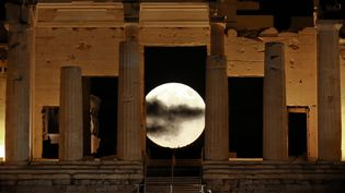 """La """"super Lune"""" à travers les colonnes de l'acropole d'Athènes (Grèce), le 14 novembre 2016. (ALKIS KONSTANTINIDIS / REUTERS)"""