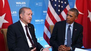 Le président turc Recep Tayyip Erdogan (à g.) rencontre le président américain Barack Obama, le 5 septembre 2014, lors du sommet de l'Otan à Newport (pays de Galles, Royaume-Uni). (KAYHAN OZER / ANADOLU AGENCY / AFP)
