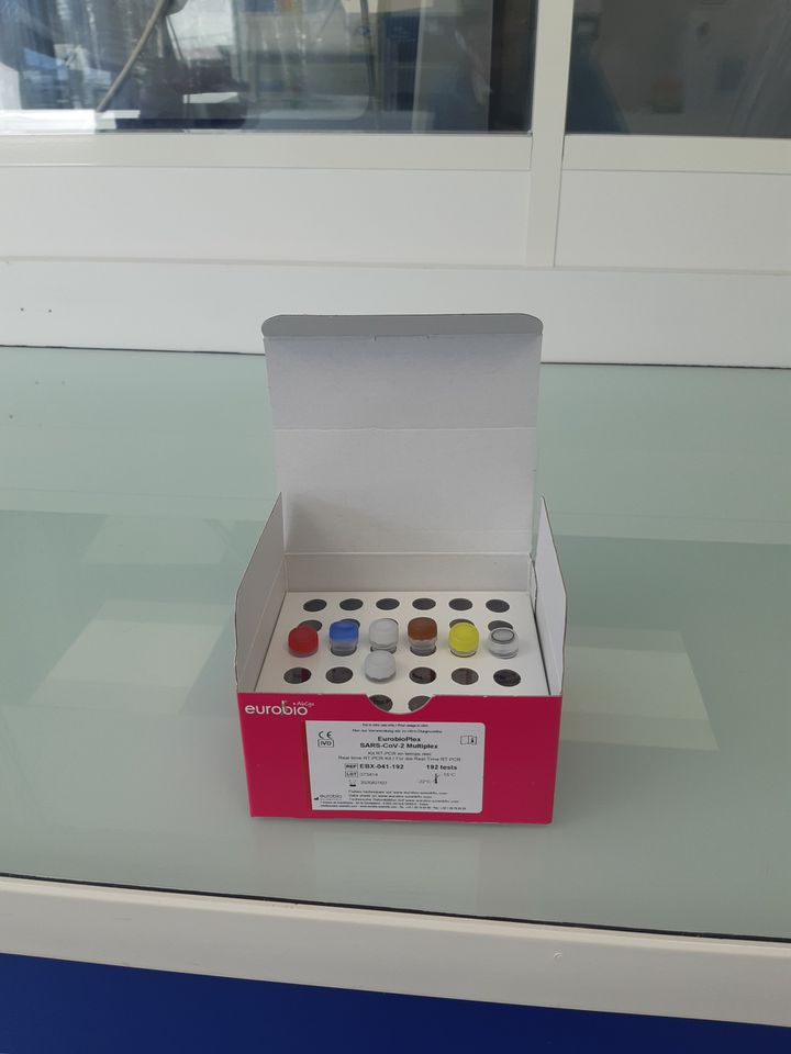 Les kits de dépistage vendus aux laboratoires d'analyse comprennent 8 petits tubes dans une boîte en carton. (JÉRÔME JADOT / RADIO FRANCE)