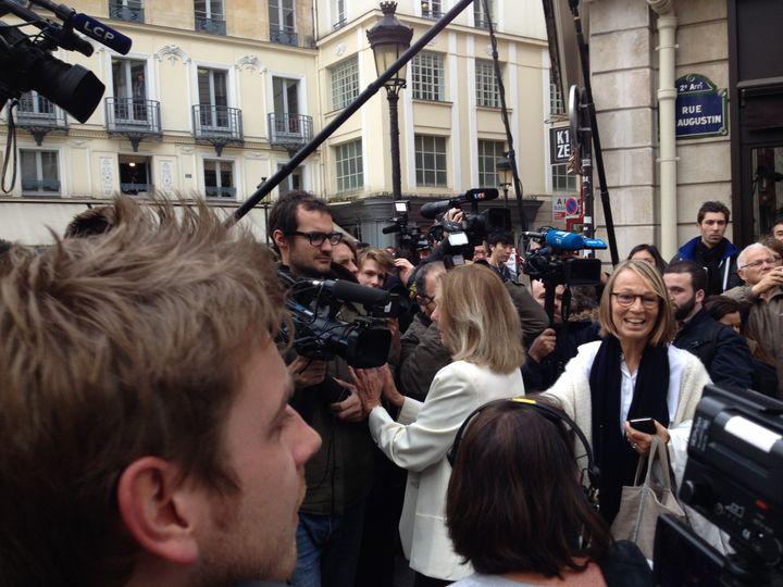 Françoise Nyssen, patronne d'Actes Sud, fait le service d'ordre à l'arrivée de Mathias Enard  (Laurence Houot / Culturebox)