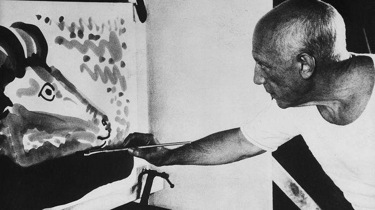 "Pablo Picasso (1881 -1973) ""à l'oeuvre"". (ULLSTEIN BILD / GETTY IMAGES)"