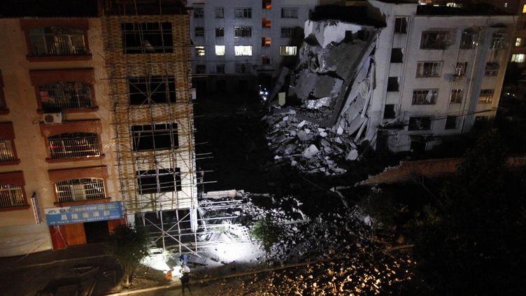Un immeuble de Liucheng (Chine) s'est partiellement effondré après une explosion probablement d'origine criminelle, le 30 septembre 2015. (AFP)