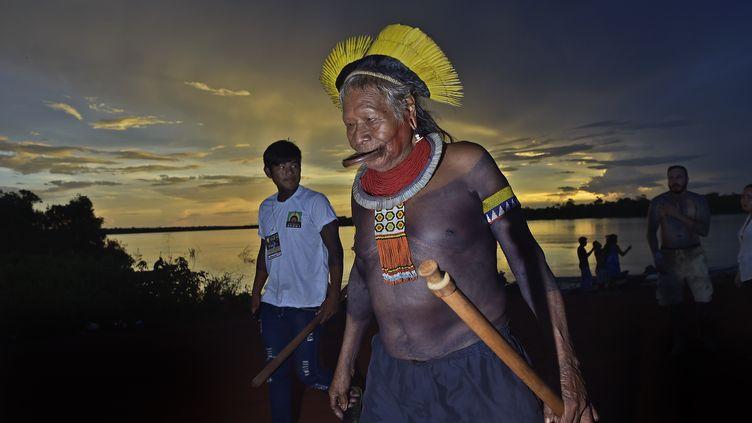 Le cacique brésilien Raoni Metuktire, dans le village de Piaracu, au Brésil, le 15 janvier 2020. (CARL DE SOUZA / AFP)