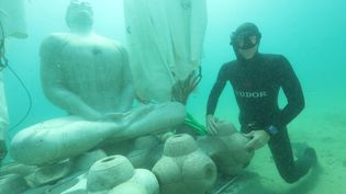 Au large de la plage des Catalans à Marseille, une drôle de statue veille à la qualité de l'eau. (France 3 Provence)