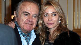 Emmanuelle Béart aux côtés de son père Guy Béart, lors de la remise de Légion d'honneur au poète chanteur, le 27 novembre 2012 au ministère de la Culture. (THOMAS SAMSON / AFP)