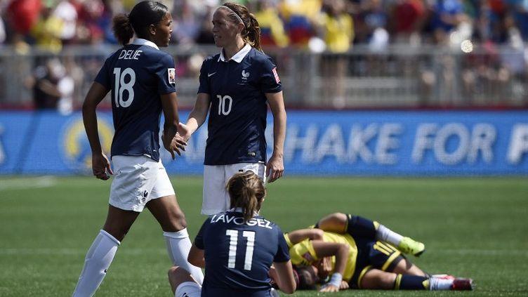 Camille Abily aux côtés de Marie-Laure Delie, deux des cadres de l'équipe de France (FRANCK FIFE / AFP)