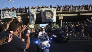 Des milliers de fans se sont massés sur les 37km du parcours du cortège entre le palais présidentiel et le cimetière, en périphérie de Buenos Aires (RODRIGO ABD/AP/SIPA / SIPA)