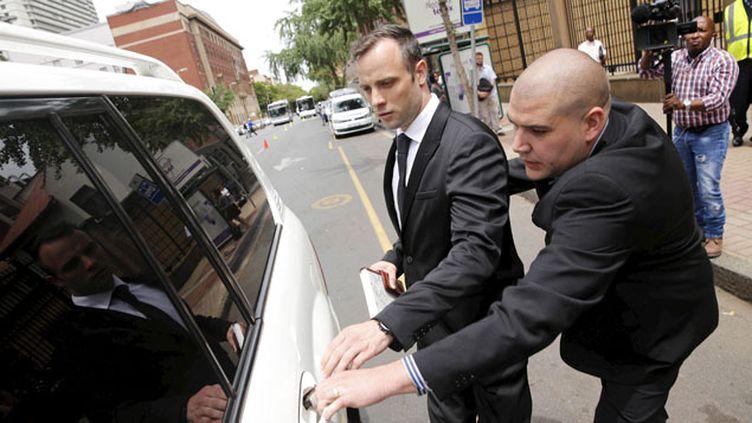 (Libéré sous caution, Oscar Pistorius quitte le tribunal de Pretoria  © Reuters / Sidney Seshibedi)