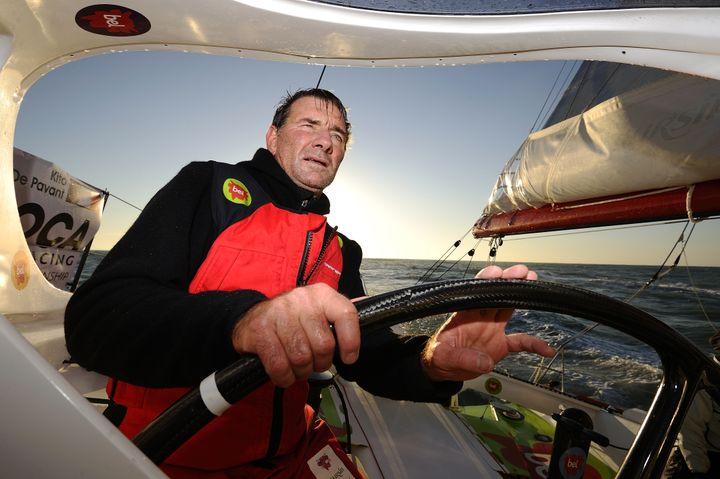 Le skippeur français Kito de Pavant, le 6 novembre 2012 au large des Sables-d'Olonne. (JEAN-SEBASTIEN EVRARD / AFP)