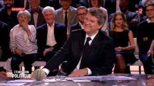 """Arnaud Montebourg sourit face à la journaliste belge Charline Vanhoenacker qui lui a offert un melon, le 22 septembre 2016 sur le plateau de """"L'Emission politique"""" de France 2. (FRANCE 2)"""