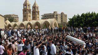 Des coptes du Caire (Egypte) portent les cercueils des coptes tués deux jours auparavant, le 7 avril 2013, devant la cathédrale Saint-Marc. (KHALED DESOUKI / AFP)