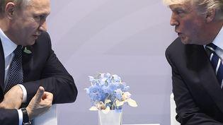 Vladimir Poutine et Donald Trump lors du sommet du G20 à Hambourg en Allemagne, le 7 juillet 2017. (SAUL LOEB / AFP)