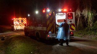 Des pompiers transportent un patient atteint du Covid-19 à Houston (Etats-Unis), le 24 août 2021. (JOHN MOORE / GETTY IMAGES NORTH AMERICA / AFP)