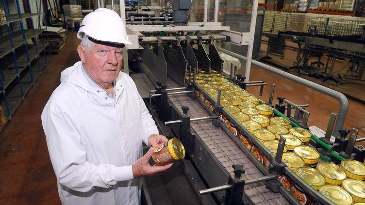 Laurent Spanghero, fondateur pluis repreneur de la marque sous le nom La Lauragaise, présente ses produits sur la chaîne de l'usine de Castelnaudary, 29 août 2013. (REMY GABALDA / AFP)