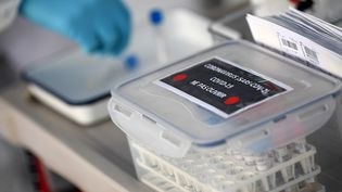 """Des échantillons devant être testésen laboratoire dans un """"drive-test"""" pour le dépistage du nouveau coronavirus, le 23 mars 2020 à Lisses (Essonne). (FRANCK FIFE / AFP)"""