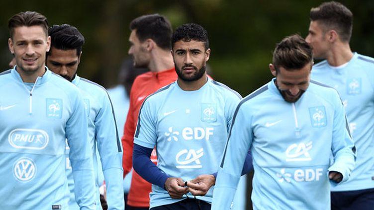 Mathieu Debuchy, Nabil Fékir et Yohan Cabaye devant leurs coéquipiers en équipe de France