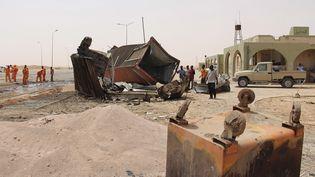 Un conteneur endommagé par un attentat-suicide à la voiture devantun poste de contrôle de Misrata (Libye) le 21 mai 2015. (REUTERS)