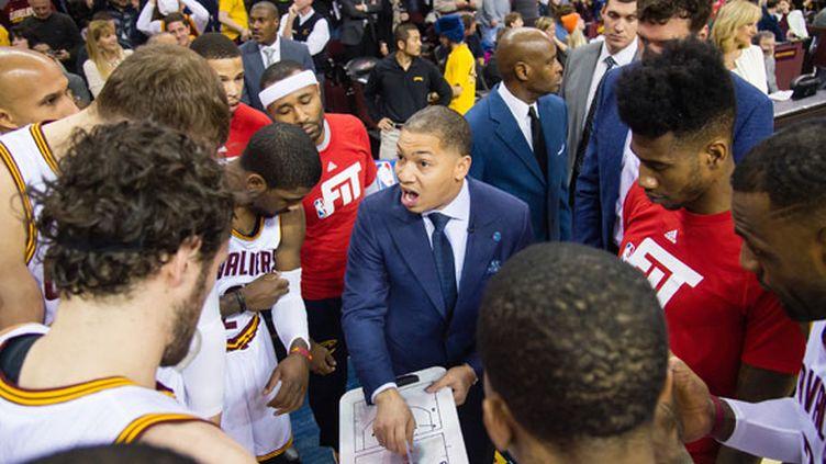 Le nouvel entraîneur de Cleveland Tyronn Lue parle à ses joueurs