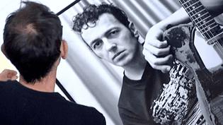 Joe Strummer (The Clash) par Richard Bellia  (capture d'écran France 3 / Culturebox)