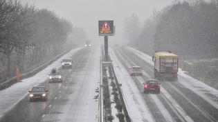 La neige tombe sur l'autoroute A25, près de Steenvoorde (Nord), le 9 février 2018. (PHILIPPE HUGUEN / AFP)