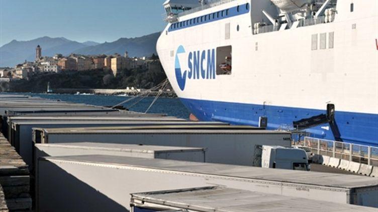 Des containers entreposés sur les quais dans l'attente de la reprise du trafic dans le port de Bastia, le 2/2/2011 (AFP. S.Agostini)